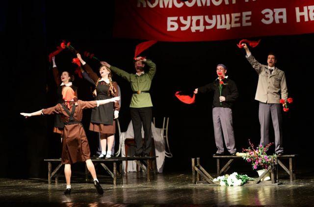 Спектакль смешивает разные времена жизни одной страны.