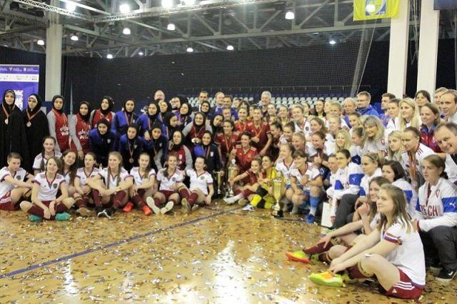 Участники международного турнира по мини-футболу среди женских команд, посвященного Дню Победы.