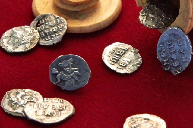 Вцентральной части Москвы отыскали шахматную фигуру смонетками XVI века