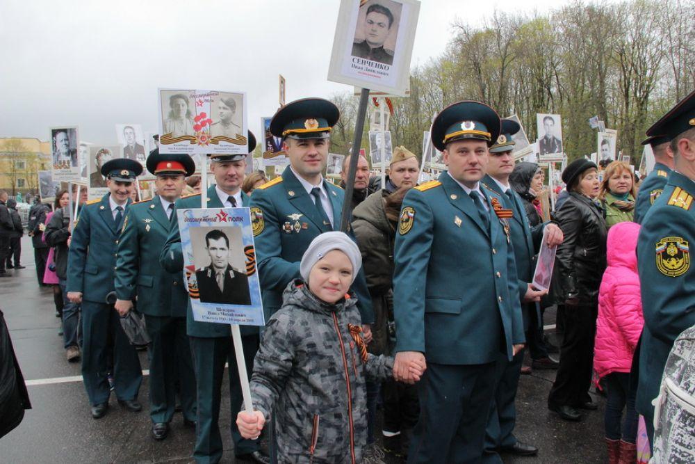 На фото сотрудники регионального ГУ МЧС в колонне «Бессмертного полка».
