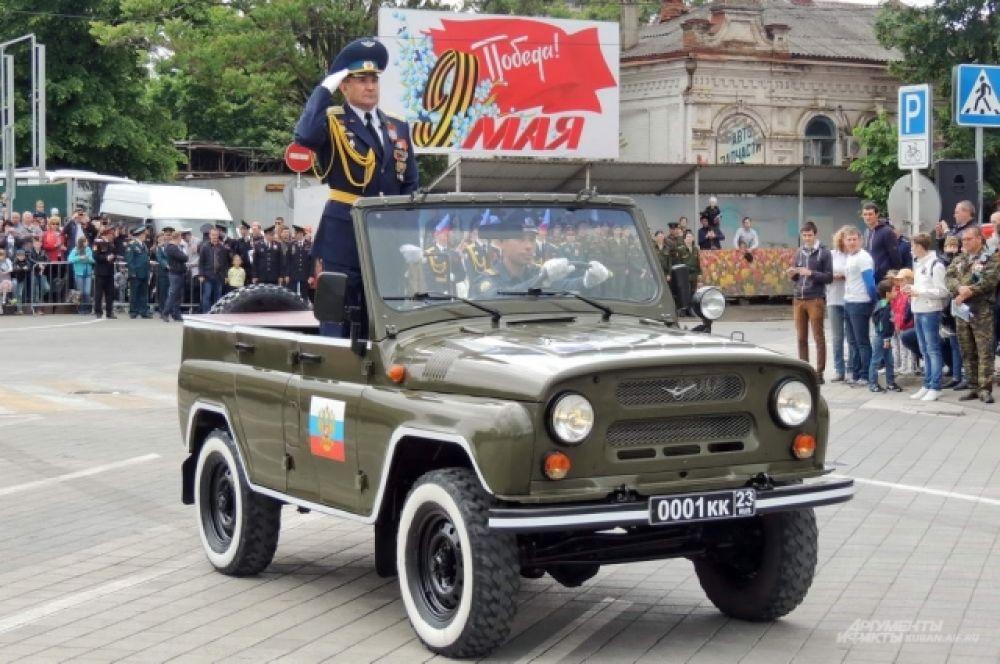 Парад в честь Дня Победы на театральной площади кубанской столицы принимал начальник Краснодарского территориального гарнизона, полковник Виктор Ляхов.