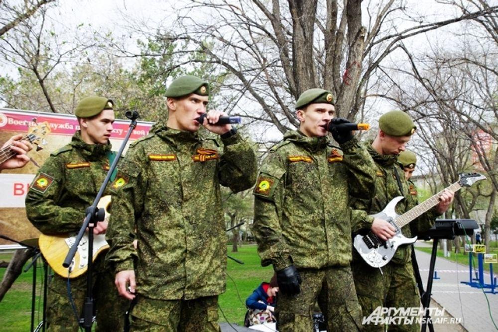 Военные пели в Первомайском сквере