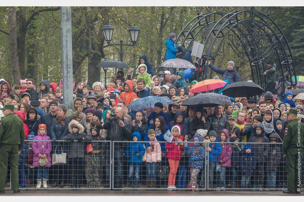Несмотря на плохую погоду, множество смолян и гостей города с интересом наблюдали за парадом.