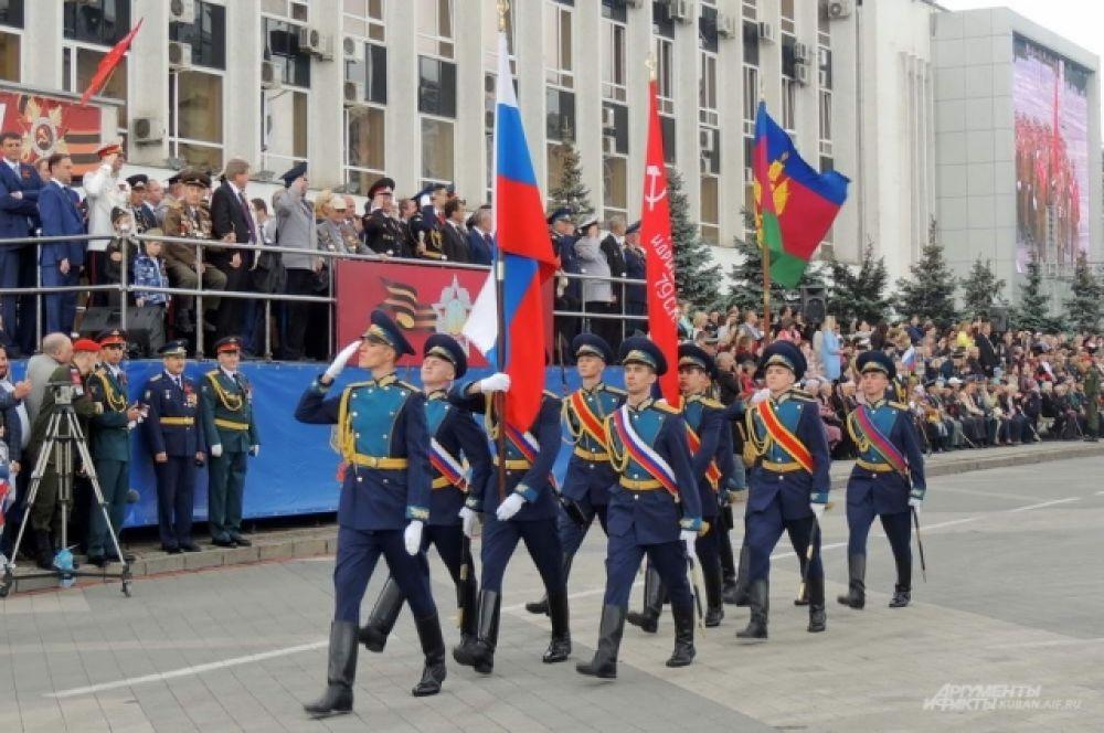 Флаги России, Кубани и Знамя Победы.