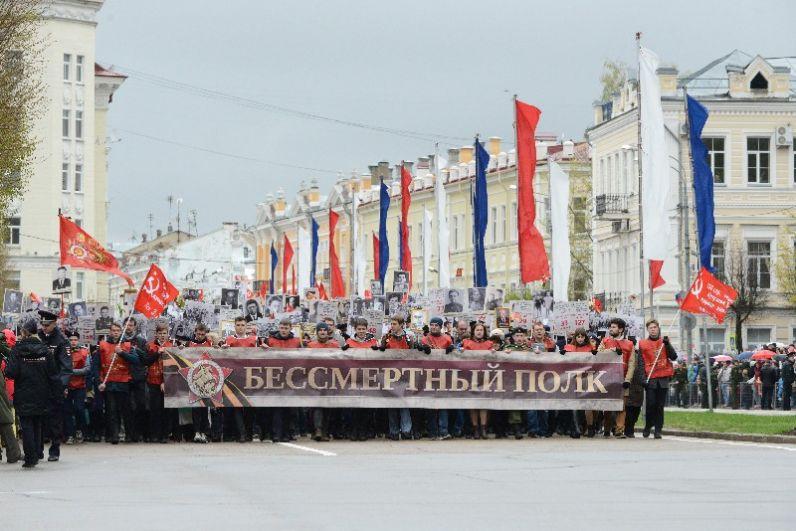 Завершился парад грандиозным шествием «Бессмертного полка».