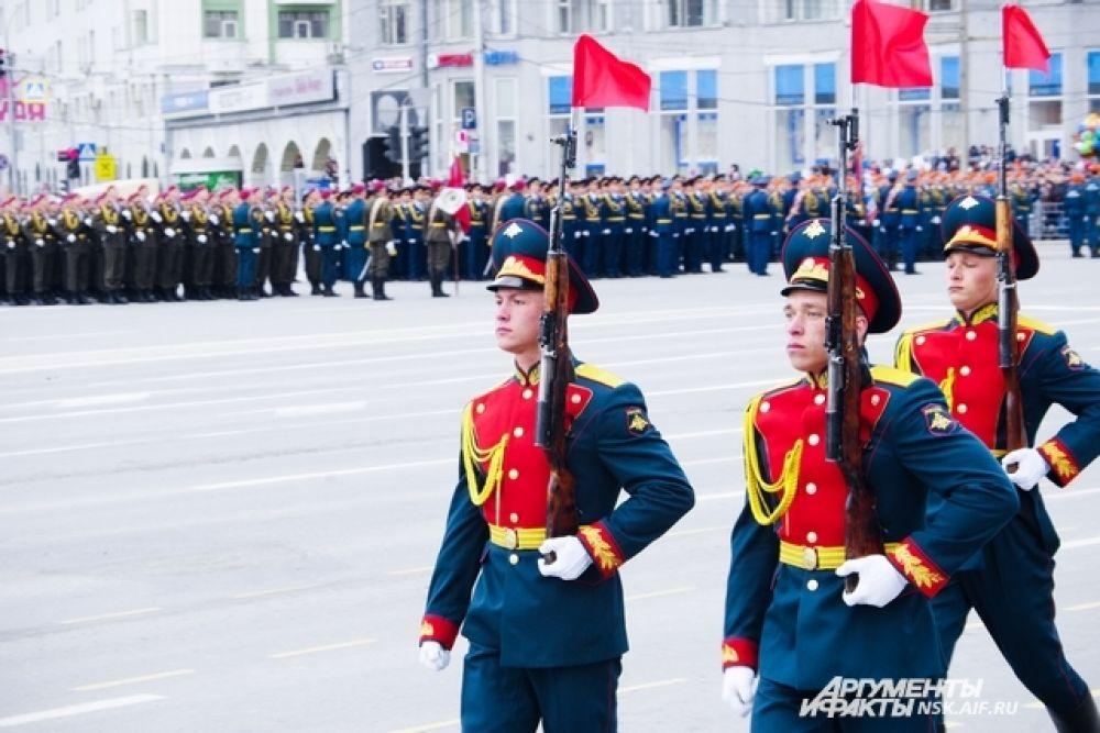 Воспитанники Сибирского кадетского корпуса маршируют по площади