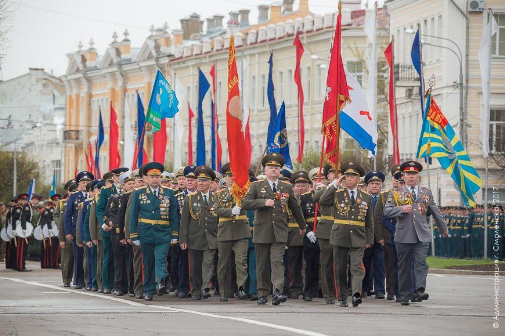 Аплодисментами встречали зрители колонну ветеранов Великой Отечественной войны, тружеников тыла, ветеранов боевых действий, Вооруженных Сил, воинов-интернационалистов.