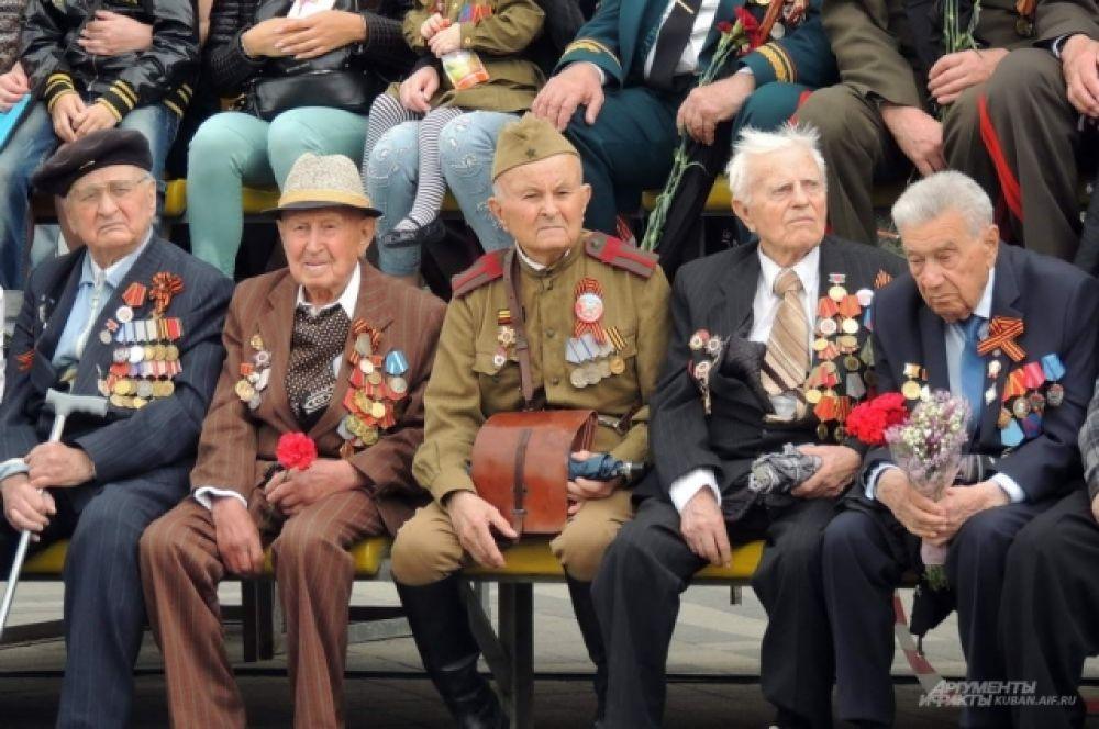 Ветераны Великой Отечественной войны наблюдали за парадом с центральной трибуны, установленной возле здания администрации Краснодара.