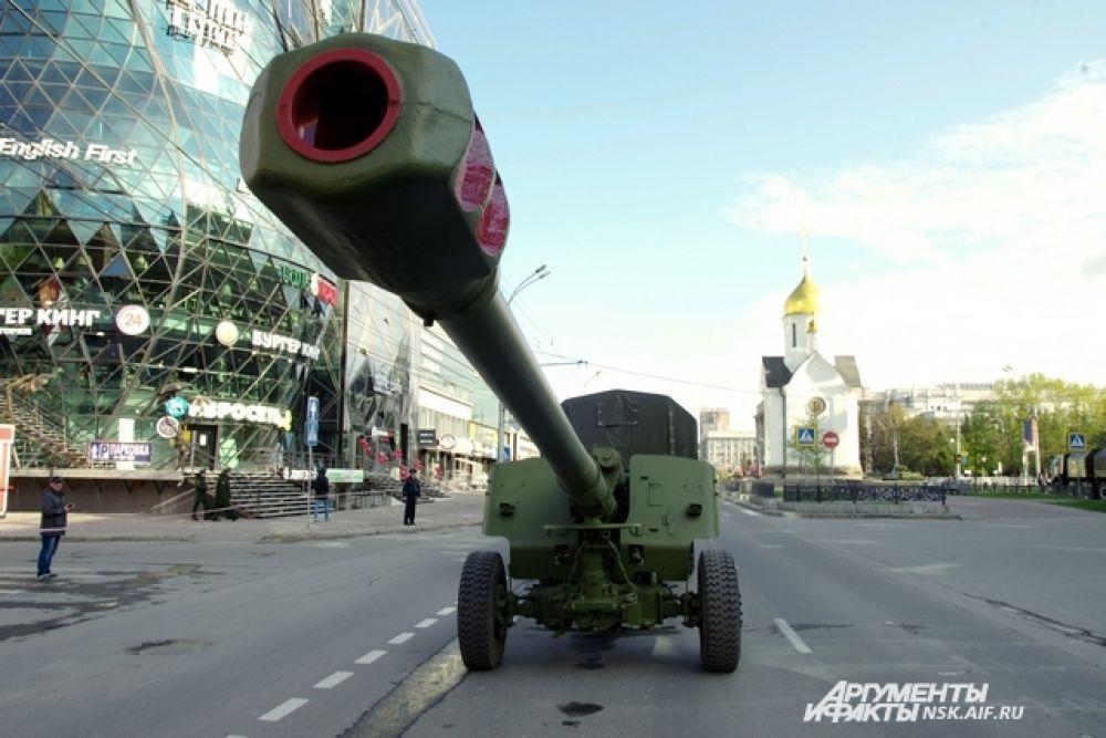 Жители города увидели на параде современную военную технику