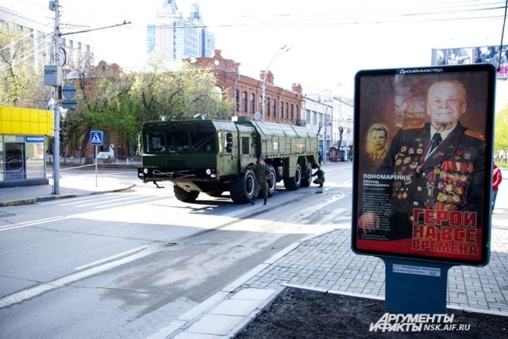 Ранним утром на площади Ленина было немноголюдно, но уже стояла техника