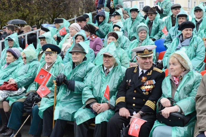 Для тех ветеранов, которые не смогли встать в строй рядом, традиционно были подготовлены зрительские места.