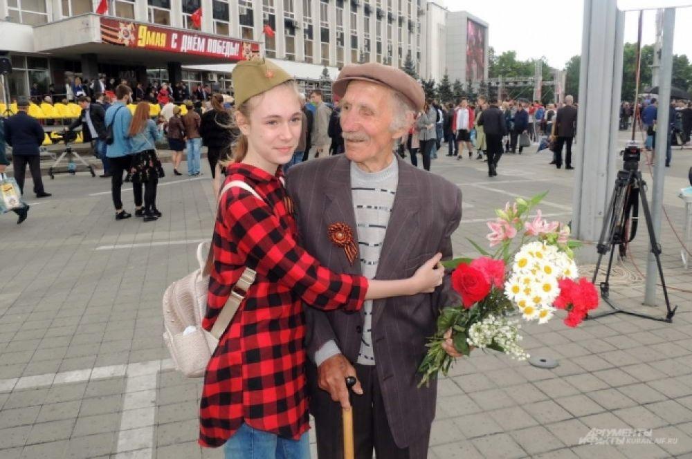 После парада краснодарцы бросились поздравлять присутствующих ветеранов Великой Отечественной с Днем Победы.