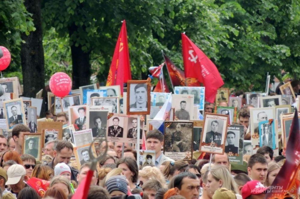 В час дня на улице Красной начали собираться участники шествия «Бессмертный полк».