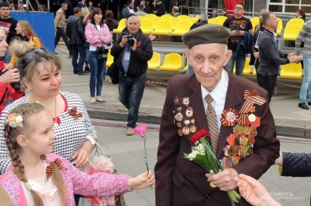 Ветеранам войны дарили цветы.