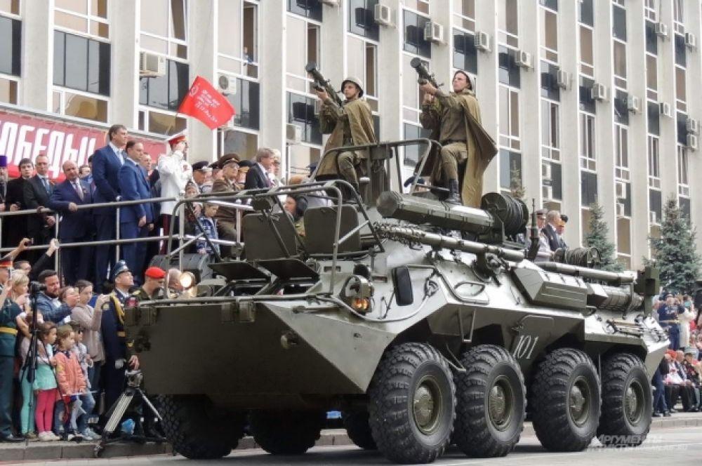 На бронетранспортерах - военнослужащие с переносными зенитными ракетными комплексами «Игла».