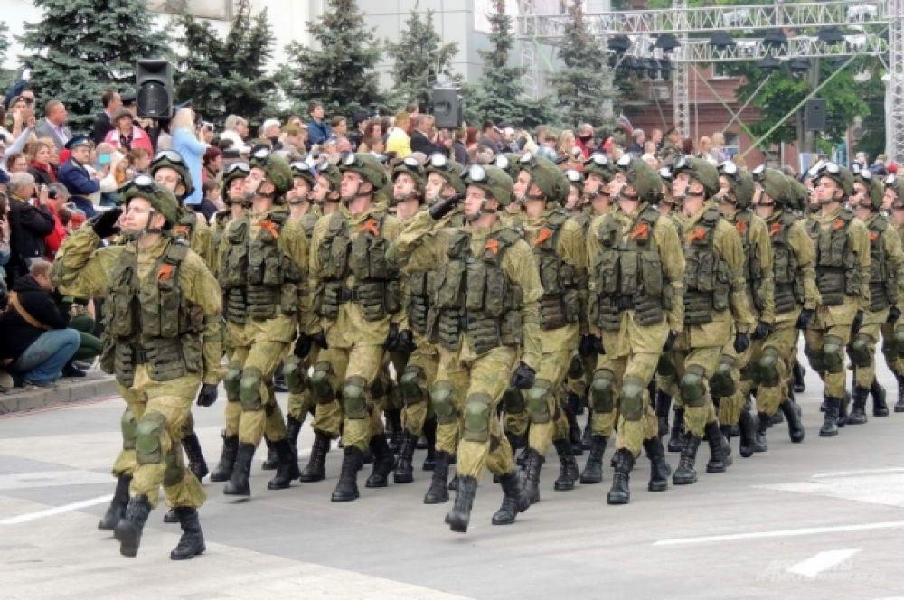 Курсанты Краснодарского высшего военного училища имени Штеменко прошли торжественным маршем в новой экипировке российской армии «Ратник».