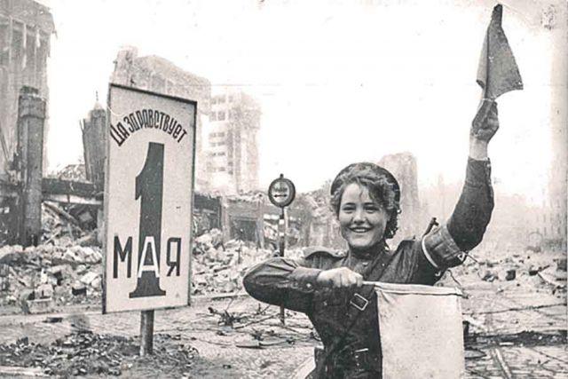 Фотография Марии Шальневой, регулирующей движение в Берлине, облетела весь мир.