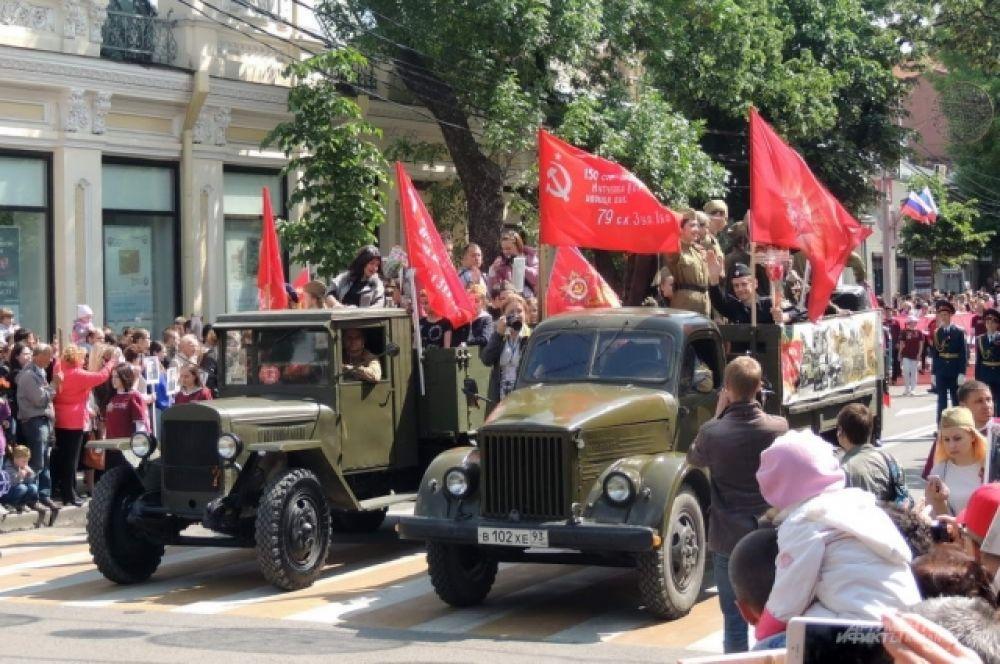 Слева - легендарная «полуторка», как называли грузовой автомобиль ГАЗ-АА.