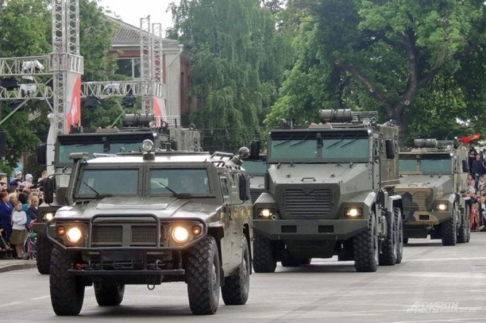 На центральной площади Краснодара - армейские бронированные автомобили «Тигр» и «Тайфун».