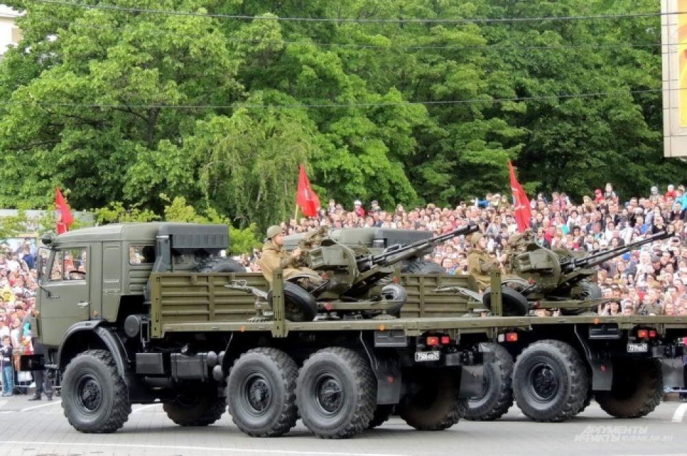 Завершили прохождение механизированной колонны, спаренные зенитные установки ЗУ-23-2, установленные на военных автомобилях КамАЗ.