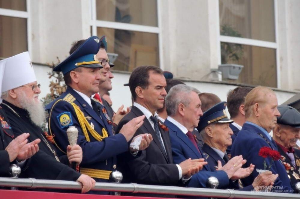 За парадом с центральной трибуны наблюдал губернатор Кубани Вениамин Кондратьев.