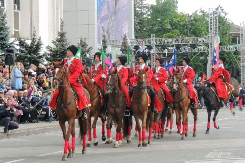 Завершила прохождение парадных расчетов конная группа почетного караула Кубанского казачьего войска.