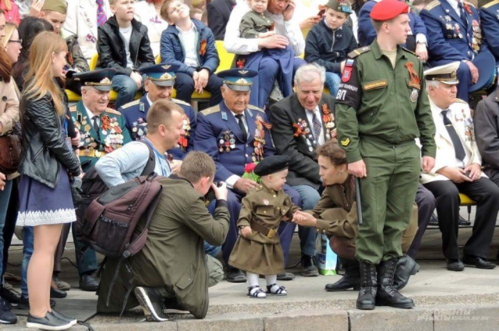 Одна из самых юных зрительниц парада.
