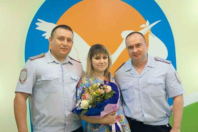 Полицейские приехали поздравить молодую маму с рождением дочки.
