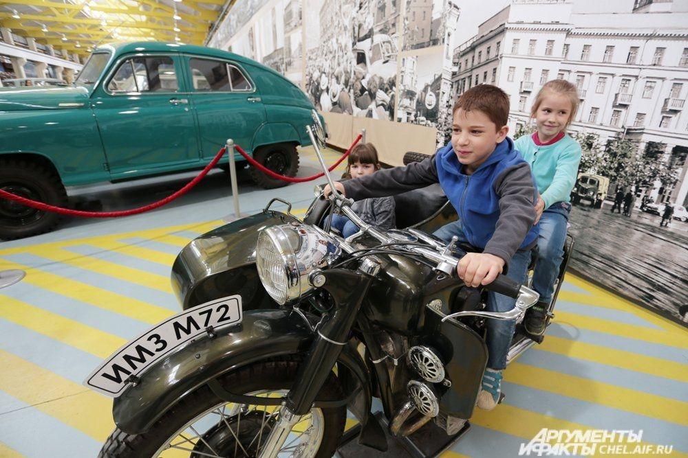 Дети выстраивались в очередь ради фотографии на экспонате.
