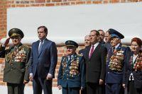Премьер-министр Дмитрий Медведев, губернатор Алексей Островский и ветераны почтили память героев.