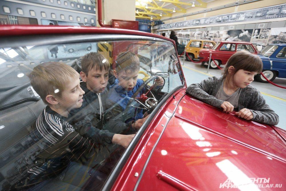 Двухместный четырёхколёсный автомобиль-мотоколяска, который известен благодаря комедии Леонида Гайдая «Операция «Ы»