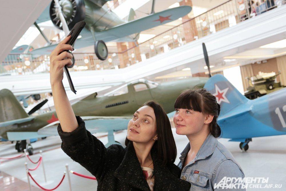 Каждый хотел сфотографироваться на фоне уникальных экспонатов.