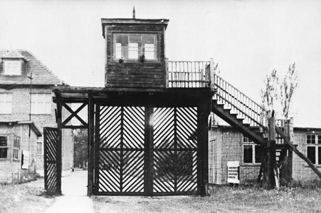 Вход на территорию лагеря Штуттгоф. 1945 г.