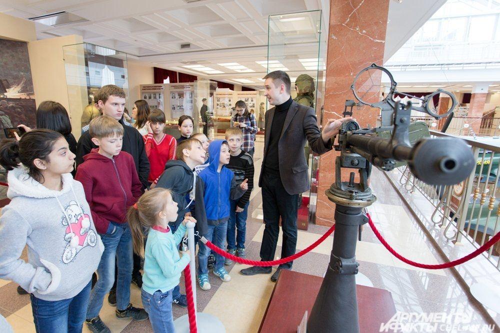 Во время обзорной экскурсии детям рассказали о стрелковом оружие и легендарных конструкторах.