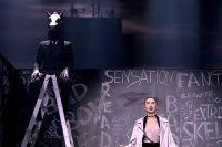 Азербайджанская певица устроила театрализованное представление, в котором главную роль сыграл «человек-конь», олицетворяющий собой «плохого парня».
