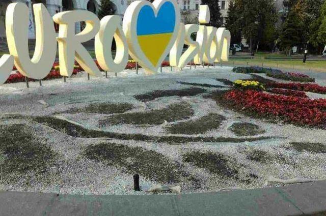 «Культура» вцентре столицы Украины: киевляне затоптали клумбу ссимволикой «Евровидения»