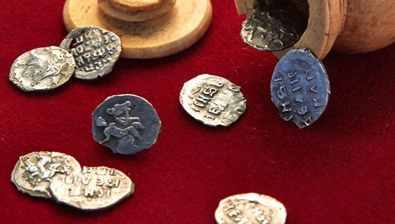 «Шахматный» клад. Предполагается, что в других фигурках из набора тоже могли быть спрятаны монеты, но они обнаружены не были.