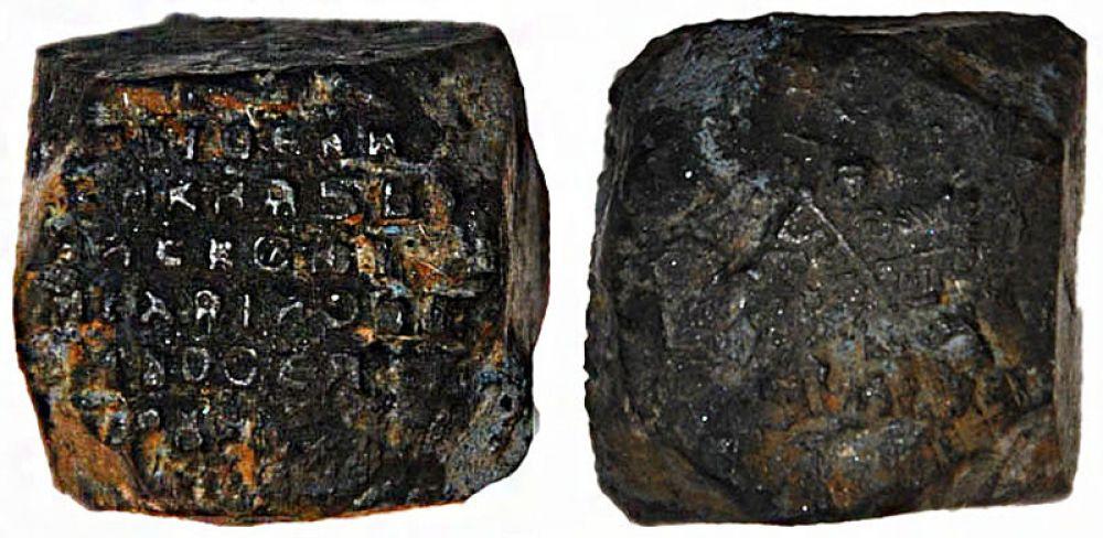 Рядом с мостовой также были обнаружены фрагменты керамических сосудов того же периода и уникальный инструмент времён царя Алексея Михайловича — маточник. С помощью него изготавливались штемпели для чеканки фальшивых монет.