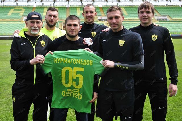 Хабиб Нурмагомедов встретился сфутболистами «Анжи»