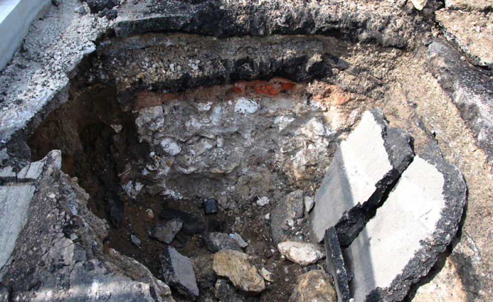 На Тургеневской площади обнаружили небольшой участок белокаменного фундамента укреплений Белого города. В летописях так называлась крепость, которая располагалась на территории современных бульваров.