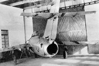 Cоветский истребитель МиГ-15 с пробоинами после воздушного боя во время войны в Корее.