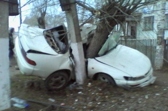 ВЛесосибирске шофёр Тойота умер после столкновения сдеревом