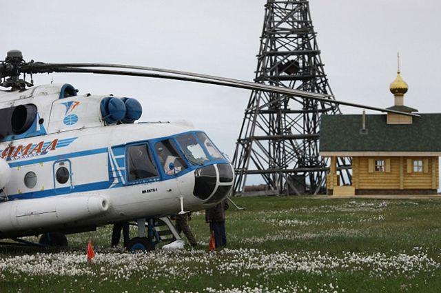 На переправе через Обь работают вертолеты.