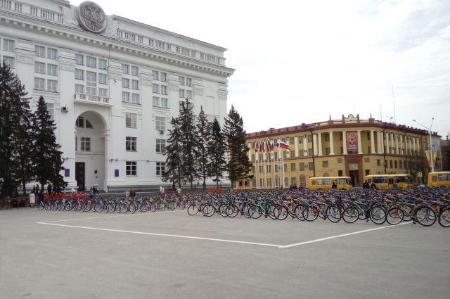 Кузбасским школьникам вручили велосипеды.