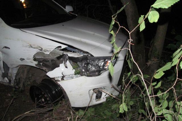 Машина врезалась в дерево.