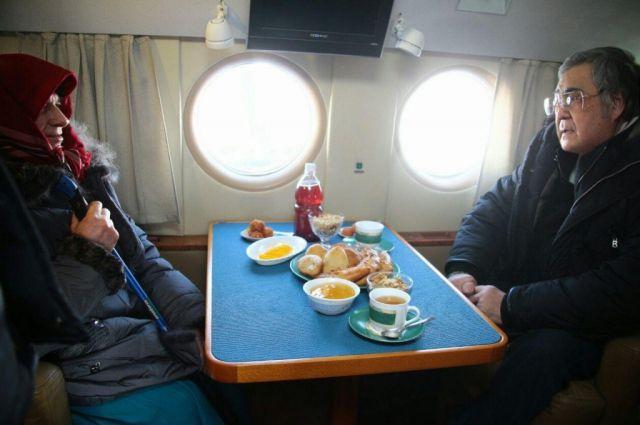 Кемеровский чиновники доставили отшельнице Агафье Лыковой крупы, груши ивиноград