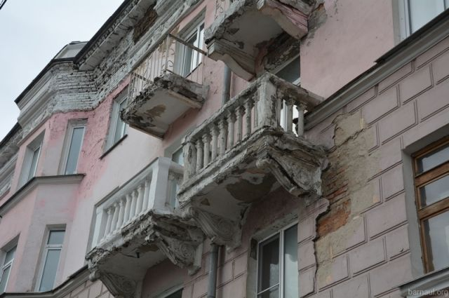 Некоторые фасады после проверки начали ремонтировать.