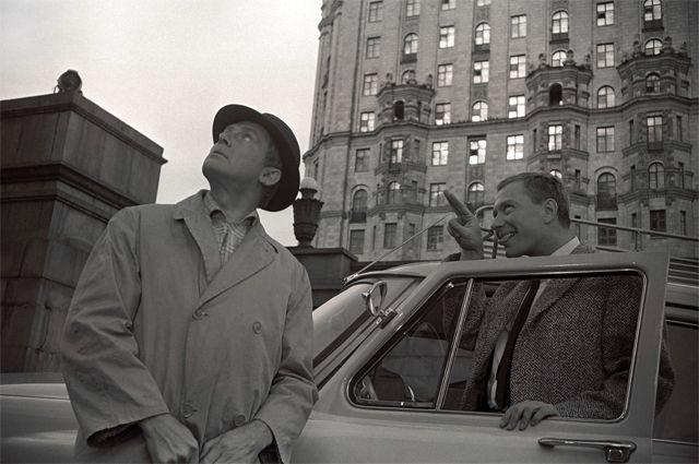 Первая попытка Деточкина угнать машину Семицветова не увенчалась успехом. Поэтому герой Смоктуновского приходит к дому спекулянта (Смоленская набережная, 2а).
