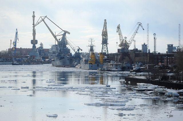 Судно ледового класса «Академик Александров» вывели изэллинга «Звездочки»