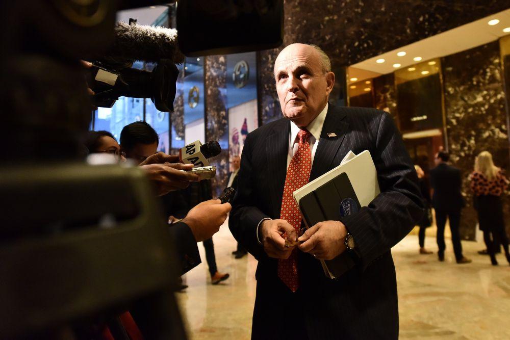 По данным телеканала CNN, возглавить ФБР может бывший мэр Нью-Йорка Рудольф Джулиани, который является одним из преданных сторонников действующего главы государства и консультирует его по вопросам кибербезопасности в частном секторе.